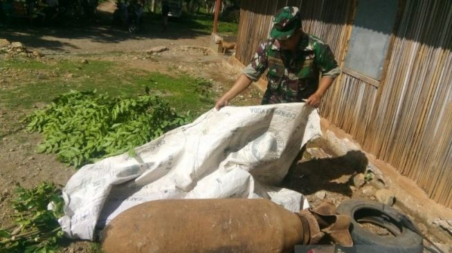 33734 seorang anggota tni sedang menutup bom yang ditemukan warga di kabupaten belu