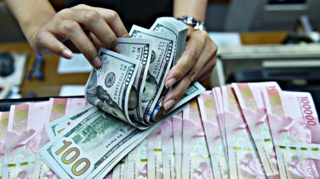 61435 ilustrasi uang dolar dan rupiah
