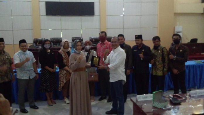 DPRD Banjar dan DPRD Pulang Pisau Saling Bertukar Cinderamata