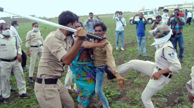 60420 pasangan dalit diserang polisi saat penggusuran lahan