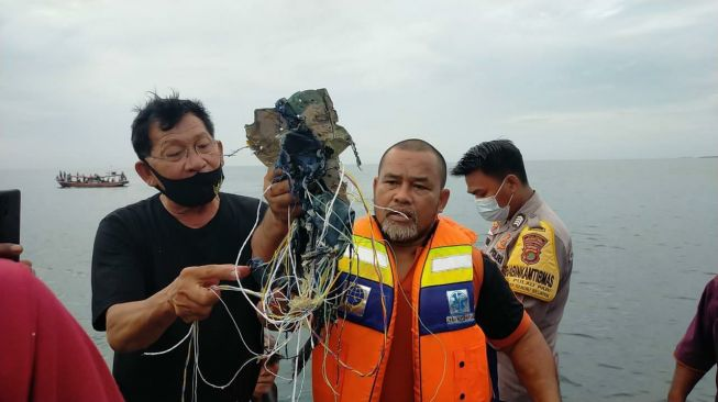 84334 gambar viral warga menunjukkan baran diduga serpihan pesawat sriwijaya air