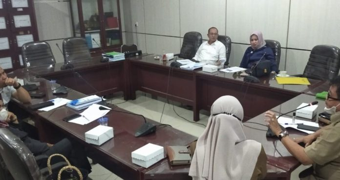 Komisi II DPRD Kabupaten Banjar menggelar RDP bersama Dinas TPH dan Dinas Ketapang Kabupaten Banjar 1140x605 1